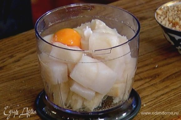 Соединить рыбу с мякишем свежего хлеба, яйцом, петрушкой, чесноком и хмели-сунели и измельчить все в блендере в однородную массу.