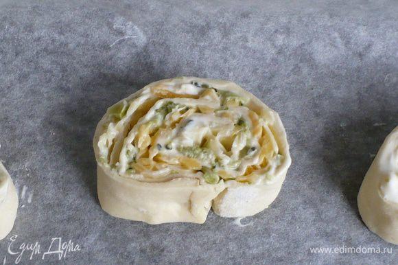 Отварную брокколи мелко порубить, сыр натереть. Сметану подсолить.