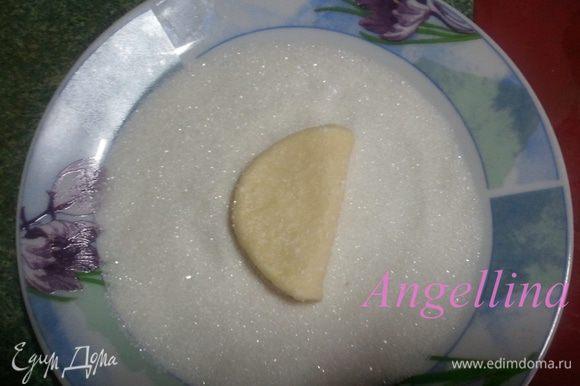 Получившийся полукруг снова обмакнуть в сахар только с одной стороны и свернуть пополам опять сахаром вовнутрь.