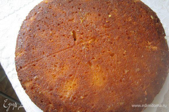 Пирог вынимаем из формы, переворачиваем на решетку, даем остыть минут 10, перекладываем на тарелку, накалываем очень часто деревянной шпажкой и заливаем горячим сиропом.