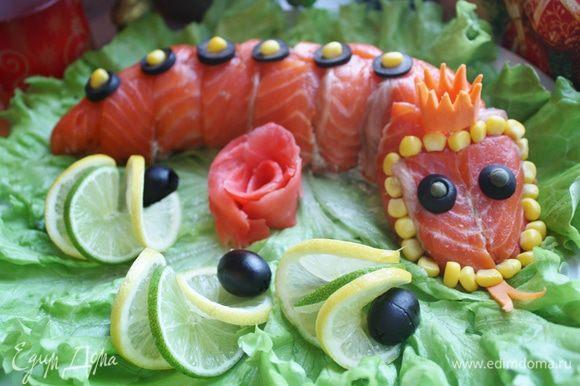 Переворачиваем на тарелку, придаем форму змеи и украшаем. к сожалению, у меня было очень мало времени, я ничего не успевала, поэтому не сфотографировала, как я делала эти украшения. Я использовала лимоны и лаймы, оливки для глаз и спинки, кукурузу для головы, морковь для языка и короны и имбирь для розочки. Приятного Вам аппетита!!!