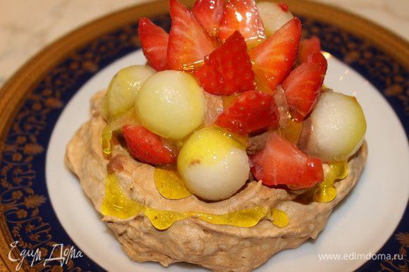 Сверху выложить фрукты и полить лимонным топпингом. Десерт готов!!! Угощайтесь!!!