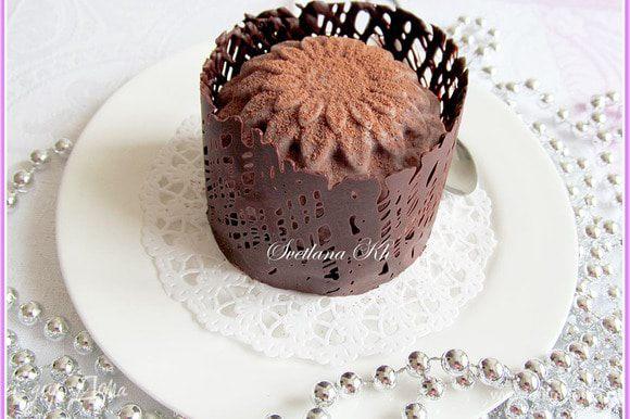 Пирожное обернуть лентой с шоколадом и поставить в холодильник на 10 минут. Затем аккуратно снять бумагу. Поверхность пирожного посыпать какао для бархатной текстуры. Хранить в холодильнике.