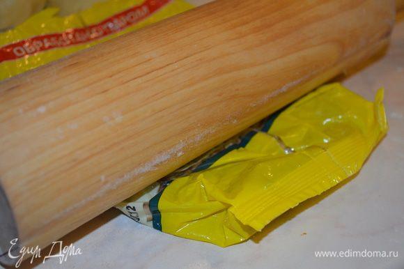 орехи кладем в пакет и прокатываем скалкой, можно также просто изрубить ножом или в блендере