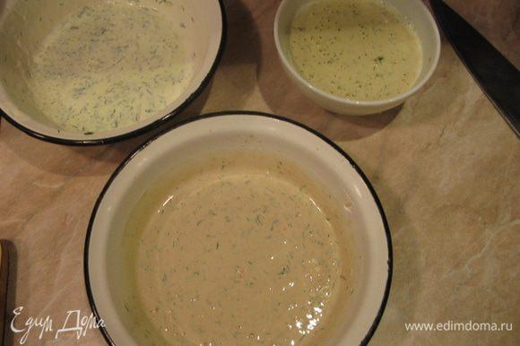 Творожный сыр делим на 3 примерно равные части. В одну добавляем треть мелко нарезанного укропа. Во вторую треть укропа и икру. Сливаем жидкость из печени трески, измельчаем ее блендером и добавляем в третью часть сыра вместе с оставшимся укропом. Если очень густо, добавить по паре ложек натурального йогурта.
