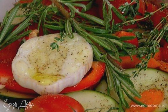 Жаропрочную форму выстелить бумагой для выпечки, выложить нарезанные овощи, сверху поместить целые помидоры и чеснок, сбрызнуть 2–3 ст. ложками оливкового масла, разложить веточки тимьяна и розмарина, посолить, поперчить. Накрыть еще одним слоем бумаги, скрепить его с нижним слоем так, чтобы овощи оказались в кармане, и отправить в разогретую духовку на 20 минут.