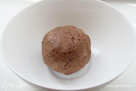 Тесто закрыть пленкой и положить в холодильник на 30 минут. Тесто получается очень нежным , как бисквит.