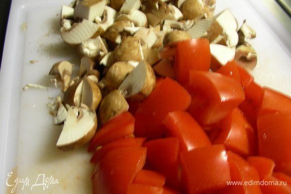 Сначала приготовим овощную смесь. Грибы и помидоры режем средними кубиками и обжариваем их на небольшом количестве сливочного масла (или растительного по вкусу) минут 5. Можно добавить каких-нибудь травок по вкусу - у меня немного сушеной петрушки.