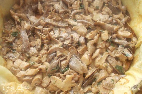 Выложить ряд грибной начинки, оставив две-три ложки для украшения. Также немного придавить и накрыть сверху блинами.