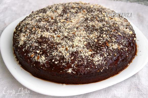 Когда и пирог, и глазурь полностью остыли, поливаем пирог глазурью, можно в несколько приёмов, можно аккуратно смазать ей. Сверху посыпаем миндалём.