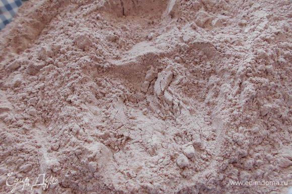 Духовку разогреть до 200 градусов. Просеять через сито муку, какао, разрыхлитель и соль, перемешать.