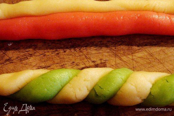 Для посохов и венков размять и раскатать тесто в тонкие колбаски. Аккуратно скрутить колбаски в жгуты. Для посохов нарезать жгуты на 10 сантиметровые отрезки и на каждом завернуть кончик. Для венков нарезать жгуты на отрезки 10-12 см и свернуть в кольцо. Соединение хорошо скрепить. Из оставшегося теста вырезать фигурки ёлочек,звёздочек и т.д. Трубочкой для напитков вырезать в верхней части фигурок небольшие дырочки для ленточек. Выложить все фигурки на противень,застеленный пергаментом. Противень поставить в морозильник на 10-15 минут,а затем в разогретую до 180-200*С духовку и печь украшения 10-15 минут. Они не должны зарумяниться.