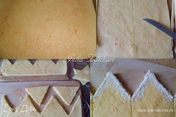 """В это время сделаем тесто для наружного (бисквитного) оформления: все ингредиенты смешиваем и немного взбиваем венчиком. Затем выливаем на лист, застеленный пекарской бумагой, и выпекаем 10 минут до легкого зарумянивания. Разрезаем бисквит пополам, ровняем края ножом. Затем вырезаем """"домики"""" для короны, обрисовав края шоколадом или сливками, присыпав кокосовой стружкой"""