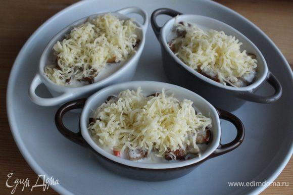Сверху посыпать оставшимся сыром и запечь в разогретой духовке в течение 12-15 минут.