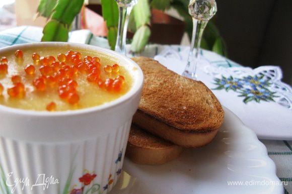 Перед подачей украсить паштет красной икрой. Это очень вкусно и красиво. Приятного аппетита! С Наступающим Новым годом, друзья!
