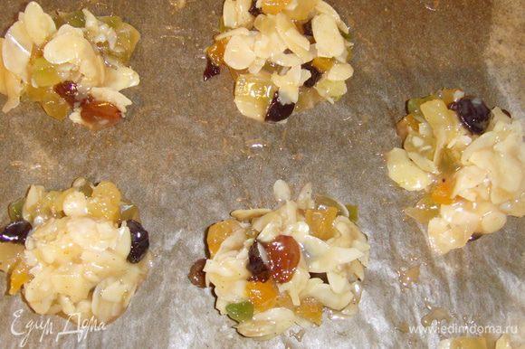 на подготовленный противень выложить массу небольшими кучками и выпекать в разогретой духовке при температуре 200° 5-8 мин. Охладить.