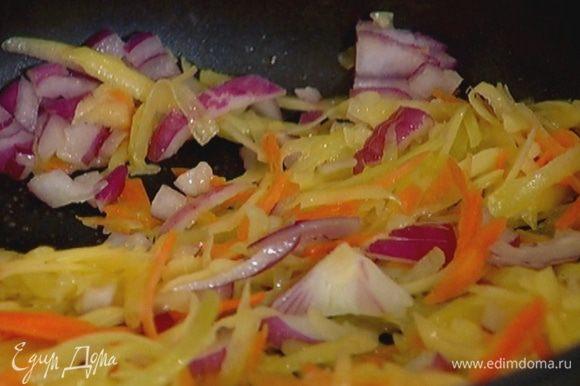 Лук почистить, мелко порубить и добавить в сковороду с овощами.