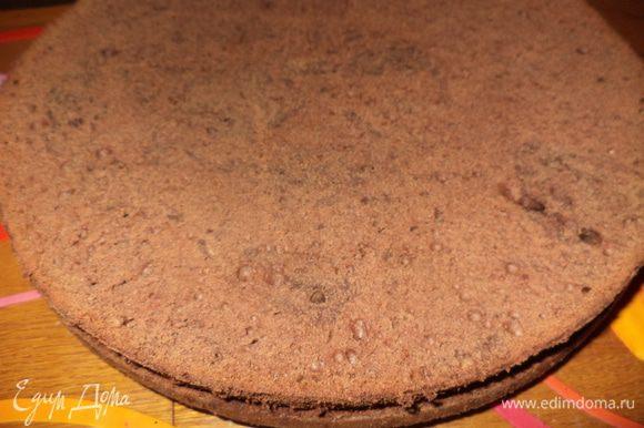 В ингредиентах я привела ссылки на оригиналы, где есть пошаговые фото бисквитов и глазури. Приготовить бисквит. Я воспользовалась рецептами Герганы и Екатерины, даю ссылки на оба рецепта,но я немного внесла коррективы в сахар и было только 3 плитки шоколада поэтому убавила немного и его. Сливочное масло достать чтобы стало мягким,взбить с сах. пудрой и постепенно взбивая добавить желтки по одному.Белки взбить с сахаром и несколькими каплями уксуса до пиков.В масляную смесь добавить немного белковой и всыпать муку вымесить и потом добавить белки и тоже осторожно все перемешать, выложить в смазанную маслом форму. В первом случае у меня была 28 см, во втором (я делала половину нормы) 18 см, испечь в течении часа до сухой палочки. Бисквит остудить и разрезать пополам. Испечь белый бисквит: Яйца очень хорошо взбить с сахаром,добавить крахмал или муку и испечь тонкий корж.Я делала на силиконовом коврике на полный размер,свернуть рулетом вместе с ковриком или бумагой для выпечки и пусть так лежит и ждет своего часа.