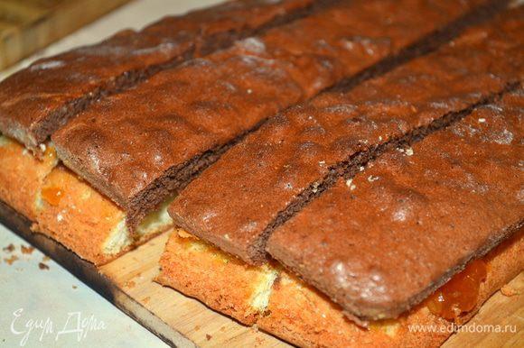 далее бисквит надо разрезать на 4 равные полосы, примерно по 3 см...