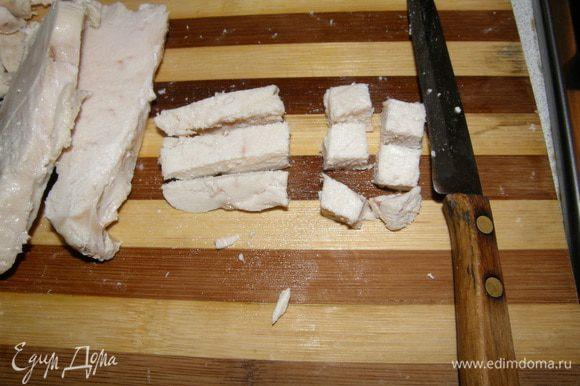 Отварить и нарезать куриную грудку. Варю 7 минут после закипания Солю. Выключаю печь. Оставляю на 15 минут в этой воде, а затем достаю.