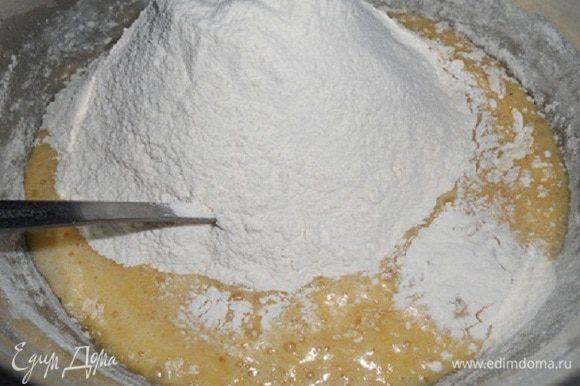 Всыпать муку (450 г) частями, добавить соль и соду и вымешать до однородности. Муки может пойти меньше или больше, ориентируйтесь по густоте.