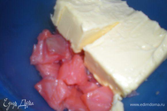 Филе рыбы нарезать,добавить размягченное сливочное масло.