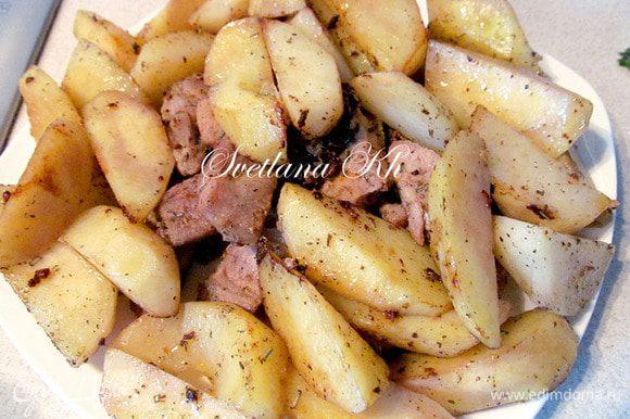 По отдельности обжарить в небольшом количестве растительного масла мясо и картофель. До готовности не доводить. Обжаривать быстро. Во время обжаривания посолить крупной солью, добавить розмарин, перец, специи для жарки мяса. Выложить все в тарелку.
