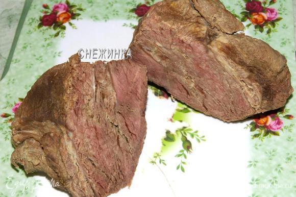 Отварить говядину в подсоленной воде. Сырой говядины понадобится где-то в 2 раза больше, потому что она хорошо уваривается.