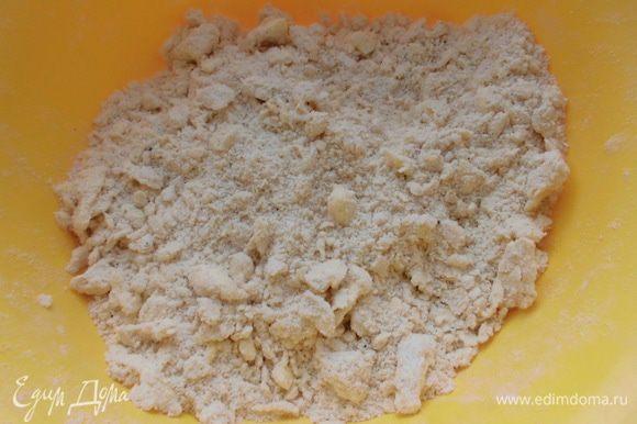 Муку просеять вместе с солью, разрыхлителем, двумя видами перца. Добавить масло и быстро порубить его ножом с мукой.
