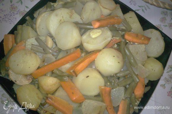 Картофель, лук, морковь очистить и крупно нарезать. Чеснок очистить. Картофель, лук, чеснок, морковь, фасоль стручковую, майонез, соль, перец, кумин, карри поместить в рукав для запекания и в духовой шкаф при t 220 гр. 1 ч.