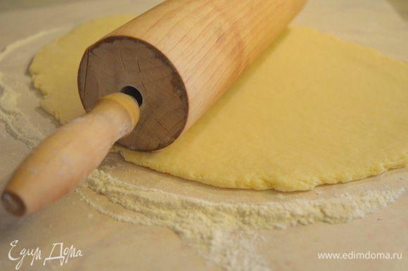 раскатываем тесто, достаточно тонко, т к в печи печенье вырастет в размерах.