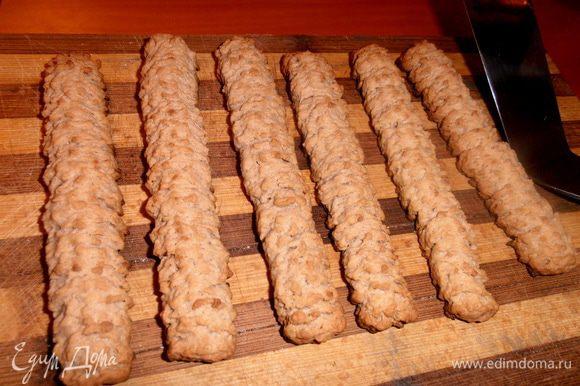 Готовые печеньки осторожно переносим на доску и НЕ трогаем до остывания!