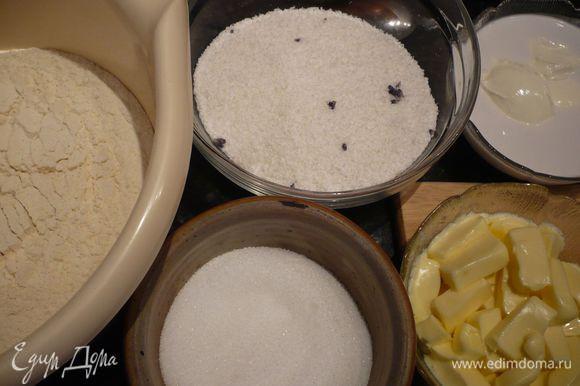 Духовку разогреваем до 175 градусов. Муку смешиваем с кукурузной мукой и разрыхлителем, просеиваем. Кокосовую стружку перемешиваем с лавандовым сахаром.