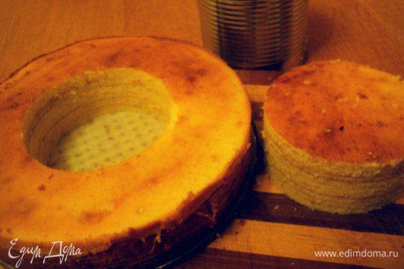 При помощи стакана или кольца вырезать по центру пирога отверстие, вынуть серединку ( потом можно ее попробовать с чаем). Еще теплый пирог смазать конфитюром ( у меня было варенье из розовых лепестков), полностью остудить.