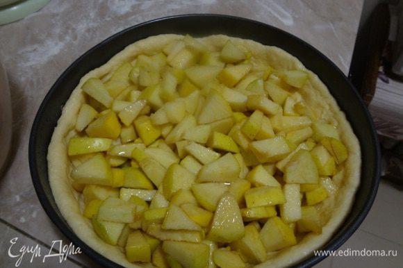 Настоявшиеся яблоки в сахаре выложить аккуратно на тесто ложкой. На дне посуды, в которой были яблоки будет сок, его либо выливать не весь, если много, либо полить сверху выложенные яблоки. Надо следить, чтобы этот сок не вылился сразу на тесто, иначе тесто может размокнуть, лучше попридержать сок, и полить им яблоки сверху.