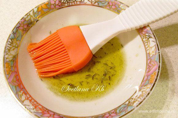 Для смазки подготовить оливковое масло. Я обычно добавляю в него немного специй и трав,а основные травы я держу рядом. Готовые кусочки овощей смазать маслом , посыпать слегка солью и травами.