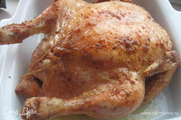 Поставить в предварительно нагретую до 180С духовку на 1,5 часа. Можно один раз перевернуть птицу, чтобы она подрумянилась со всех сторон ( правда я этого не делала). Когда птица будет готова, вынуть лимон, разрезать пополам и выжать лимонное пюре и подать к курице