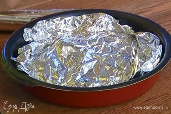 Переложить обжаренное мясо в форму для запекания, накрыть фольгой и отправить в разогретую духовку на 7–10 минут.