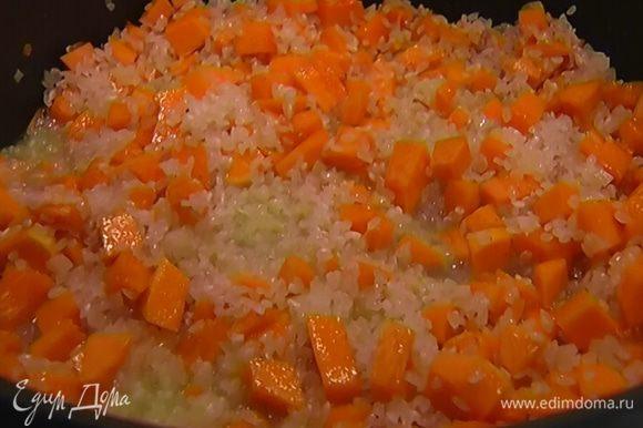 Дать вину выпариться, затем влить горячую воду так, чтобы рис был полностью покрыт, накрыть крышкой, уменьшить огонь и готовить еще 15 минут.