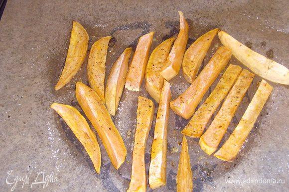Духовку нагреть на 200°, очищеный и вымытый батат нарезать скибками в длину. Черри порезать пополам. Батат и помидоры выложить на противень, посолить, поперчить, сбрызнуть оливковым маслом. По желанию посыпать сухими травками и запекать в духовке около 15 мин. Добавить кедровые орешки и оставить ещё на 5 мин. запекаться.
