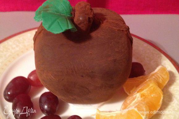 половинки соединить растопленным шоколадом, посыпать какао, какао стряхнуть кисточкой, из мастики вырезать листики, прикрепить растопленным шоколадом