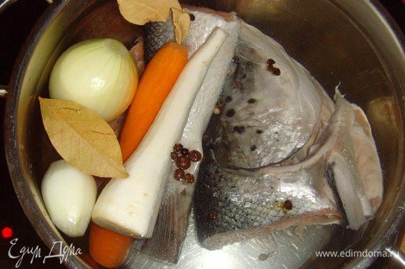 Из рыбы сварить бульон (луковица, корешки, специи ). Бульон немного охладить и процедить.