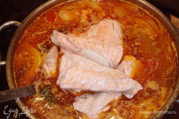 Я добавила рыбное мясо от головы и хвоста. Посолить и поперчить по вкусу.