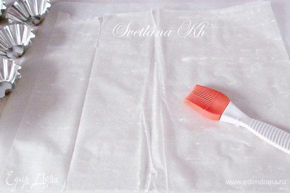 Каждый слой теста смазать растопленным сливочным маслом. Всего нужно 6 листов. Разрезать пласты теста на квадраты.