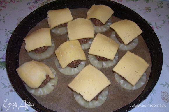 """На другой противень выложить ананасовые шайбы, на них расположить """"бомбочки"""", сверху пласт сыра и отправить в духовой шкаф, при той же температуре, до тех пор , пока сыр не расплавиться."""