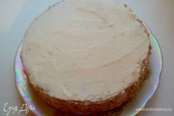 Бока и верх торта тоже покрыть кремом. Бока обсыпать молотыми орехами.