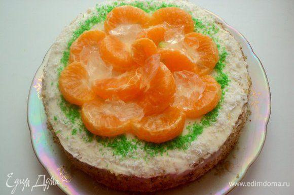 Верх торта украсить кокосовой стружкой и дольками мандаринов, покрытыми тонким слоем бесцветного желе, которое приготовить согласно инструкции на пакетике. Кусочки застывшего желе разложить по мандаринам.