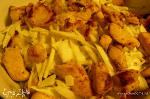 В салатнице смешиваем все ингредиенты. Заправляем майонезом или заправкой по вкусу. Салатные листья можно либо в сам салат добавить, либо разложить их по тарелкам и на них выкладывать наш салат. Сверху посыпаем тыквенными семечками.