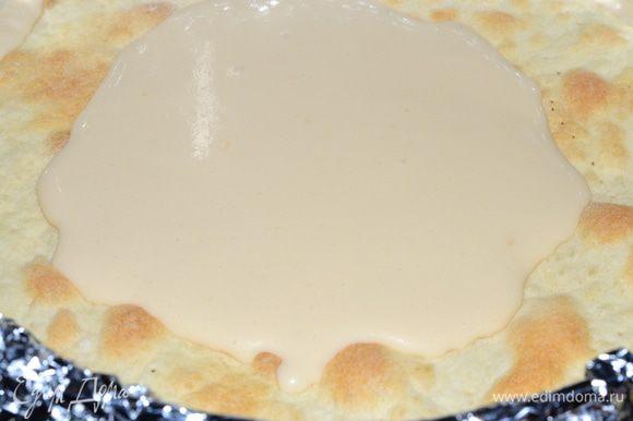 Теперь берем разьемную форму, накрываем фольгой, делаем бортики, так как крем жидковат и смазываем каждый корж кремом. Можно, чтоб тортик постаял немного при комнатной температуре, чтоб не сразу в холод, крем застывает, а нам нужен нежный тортик.Теперь наверное самое главное, перед подачей он должен настояться как минимум сутки, а то и двое, торт хорошо пропитается и раскроет тайну своего вкуса. Наслаждайтесь!