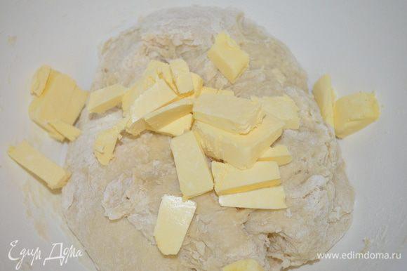 добавляем сливочное масло (холодное) нарезанное на кусочки